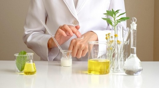 Ngành dược mỹ phẩm là gì? Phân biệt dược mỹ phẩm và hóa mỹ phẩm